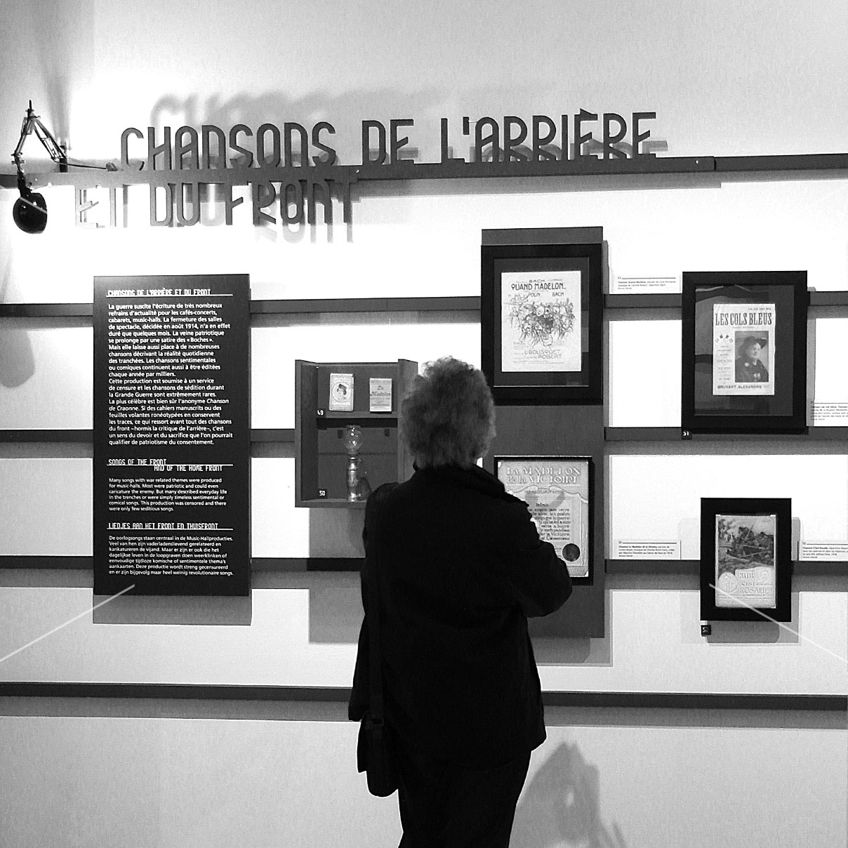 maskarade-scenographie-exposition-temporaire-memoriale-guerre-perrone-affiches