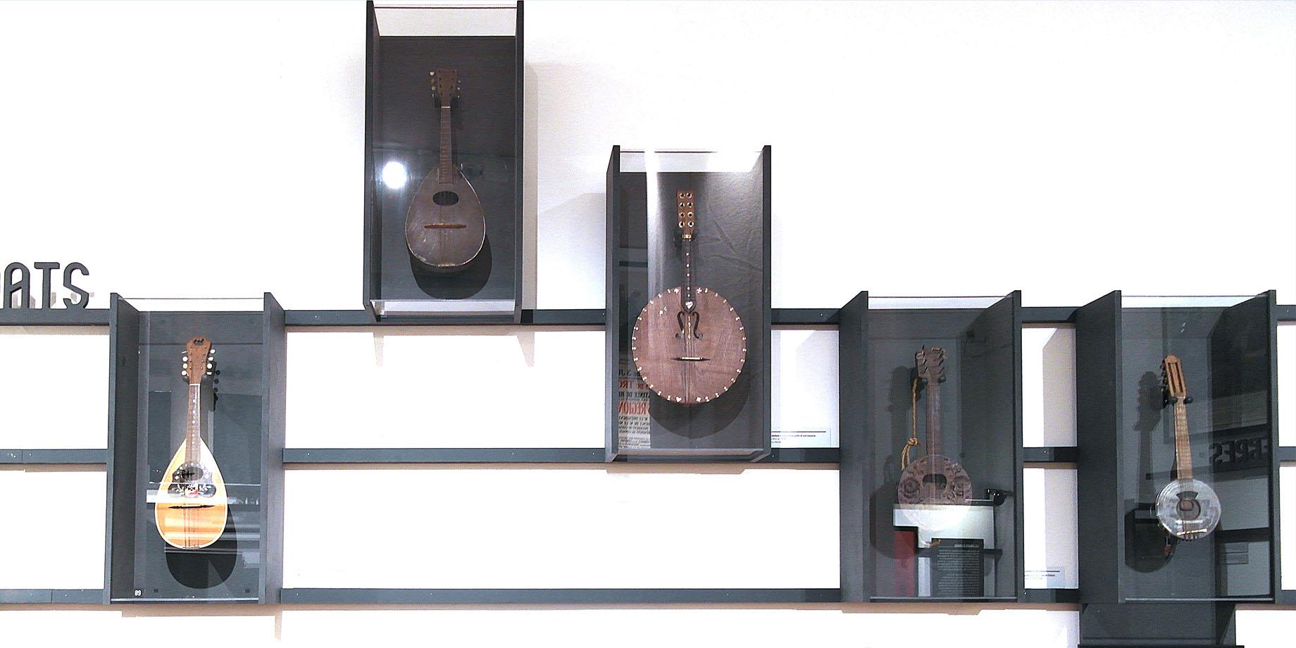 maskarade-scenographie-exposition-temporaire-memoriale-guerre-perrone-instruments-musique