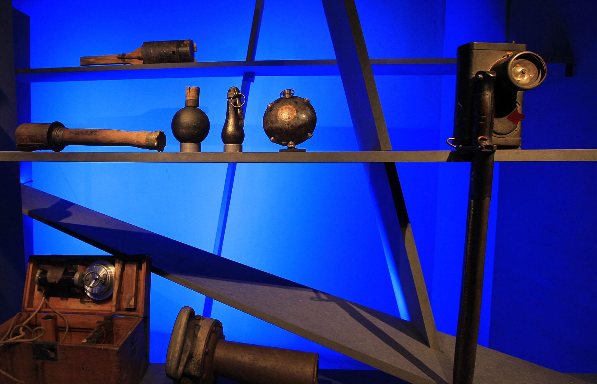 maskarade-scenographie-exposition-temporaire-memoriale-guerre-perrone-objets