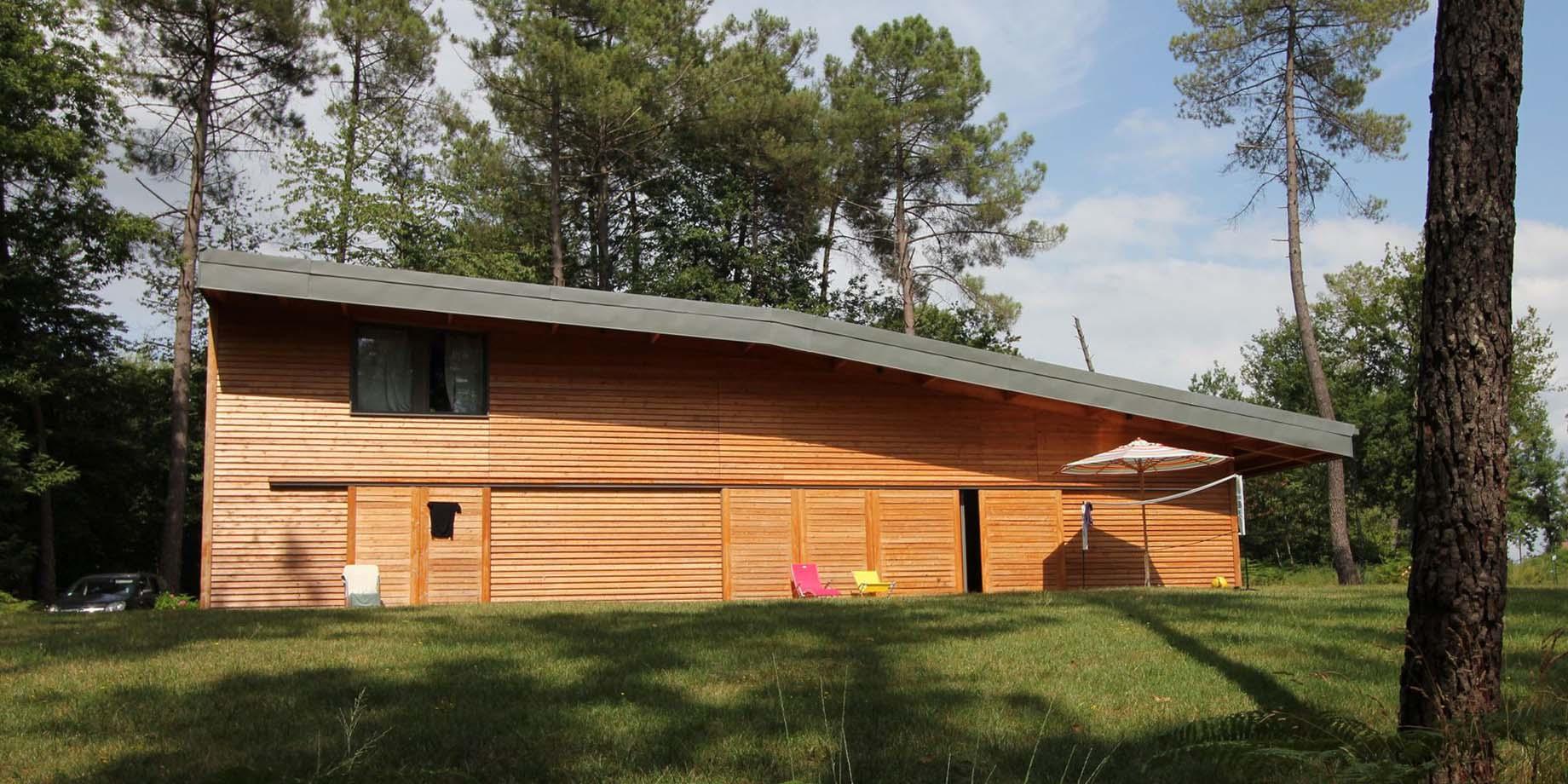 maskarade-architecture-maison-bois-vacances-bardage-meleze-volet-coulissante